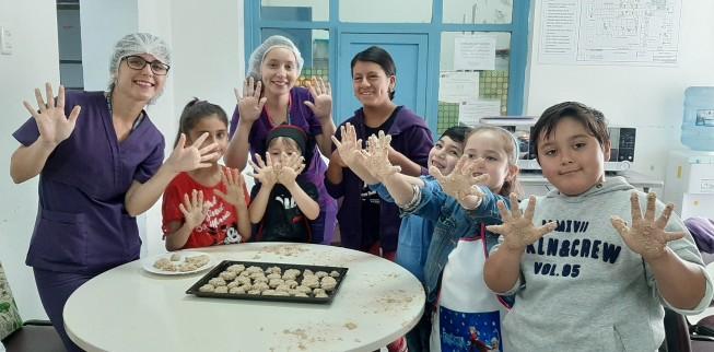 Hijos de funcionarios del Hospital San José de Coronel disfrutaron elaborando preparaciones saludables en taller de cocina infantil